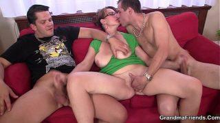 Cette femme mature très coquine est une chaudasse qui a besoin de deux mecs pour une double pénétration et une fellation