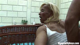 Melissa Q est une femme blonde mature qui prend son pied avec un petit jeune qui a une grosse matraque