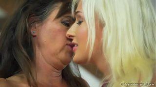 Un petit baiser qui se transforme rapidement en une baise torride entre lesbiennes pour cette femme mature et sa jeune amie lesbienne